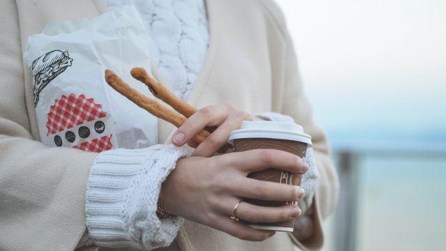 Hier ein Coffee-to-go, dort ein Shirt – um ein Vermögen aufzubauen hilft es, den eigenen Konsum zu überdenken.
