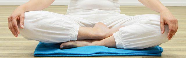 Wenn du Kundalini-Yoga ausprobieren möchtest, solltest du offen für Meditation und spirituelle Praktiken sein.