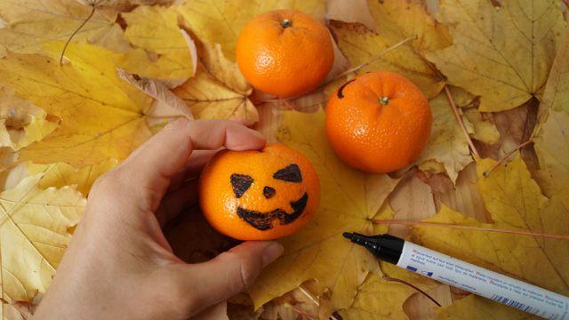 Mandarinen-Kürbisse: Schnelle DIY-Idee zu Halloween