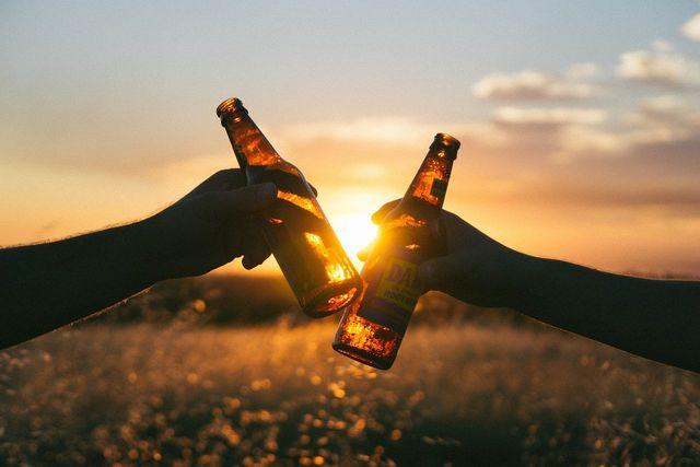 Regelmäßiger Alkoholkonsum kann dick machen.