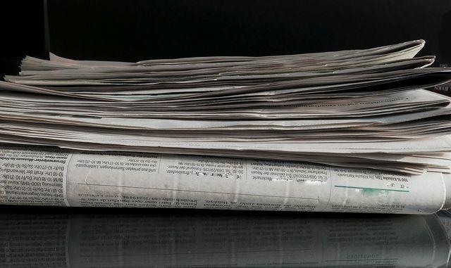 Wickel deinen Grillrost in feuchtes Zeitungspapier um den Schmutz anzulösen.
