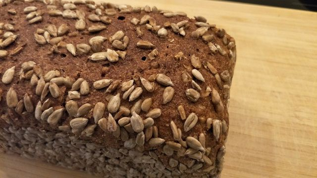 Sonnenblumenkerne schmecken besonders lecker, wenn sie auf Brot mitgebacken werden.