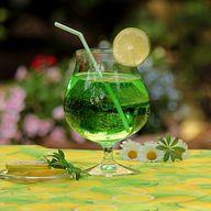 Getränke mit Waldmeister erhalten die typische satte Grünfärbung.