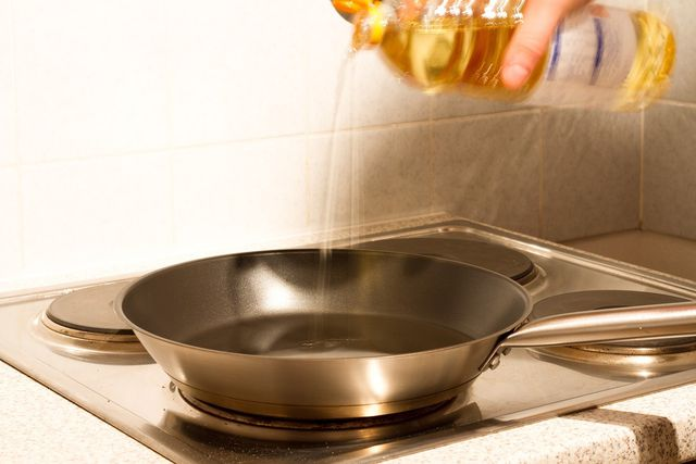 Langosch kannst du in der Pfanne frittieren.