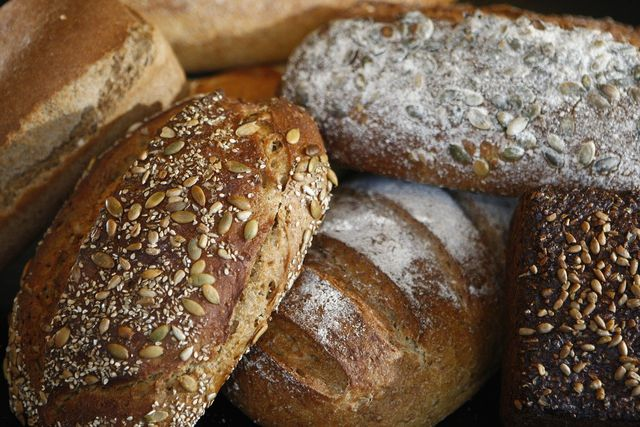 Mit diesen einfachen Rezepten kannst du Brot ohne Ersatzprodukte backen.