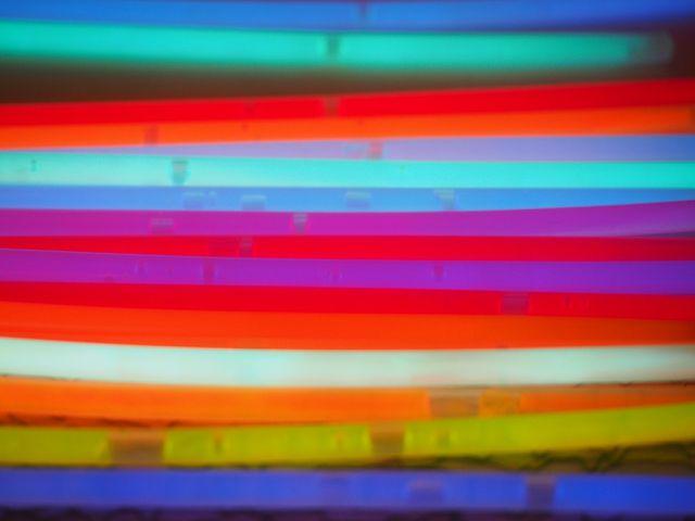Außen haben Knicklichter eine Plastikhülle, innen trennt ein Glasröhrchen die Chemikalien voneinander.