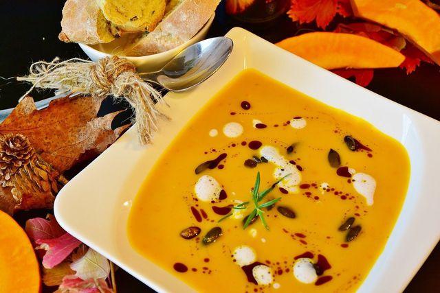 Kürbissuppe ist eine gute Möglichkeit um den Halloweenkürbis zu essen.