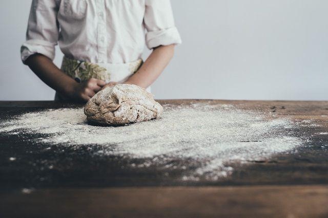 Für ein gutes Brot musst du den Teig ordentlich durchkneten.