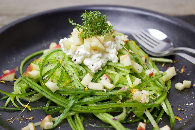 Für einen etwas ausgefalleneren Gurkensalat kannst du die Gurken z.B. mithilfe eines Sparschälers in eine Spaghetti-Form bringen.