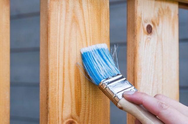Bevor du das Holz lackieren kannst, musst du es noch grundieren.
