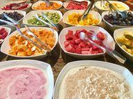 Ausgewogene Ernährung, kleine Zwischenmahlzeiten oder ein leichter Snack vor dem Aufstehen können die Übelkeit lindern.