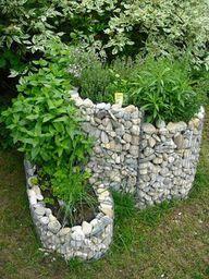 Von Wassernuss bis Lavendel findet in einer Kräuterschnecke jedes Kraut seinen Platz.