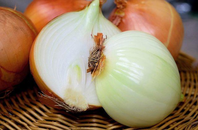 Aus Zwiebeln lässt sich ein natürlicher Hustensaft für Kinder herstellen.