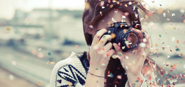 Gutes tun, Youvo, junge Frau fotografiert, Kamera