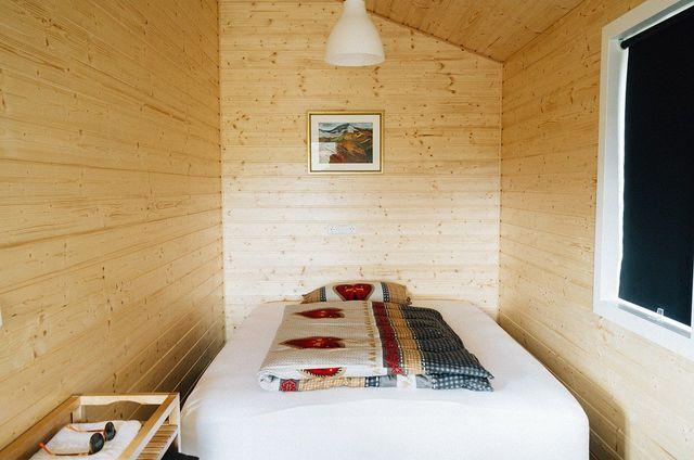 Setze auf schlichte Bilderrahmen, wenn du dein Schlafzimmer einrichtest.