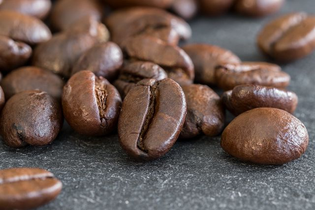 Zu viel Kaffee in der Schwangerschaft kann negative Folgen für dein Ungeborenes haben.