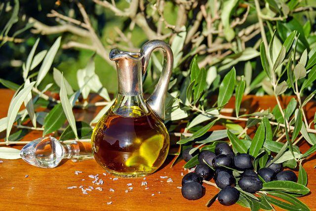 Die gesunden Fettsäuren im Olivenöl wirken gegen Entzündungen.