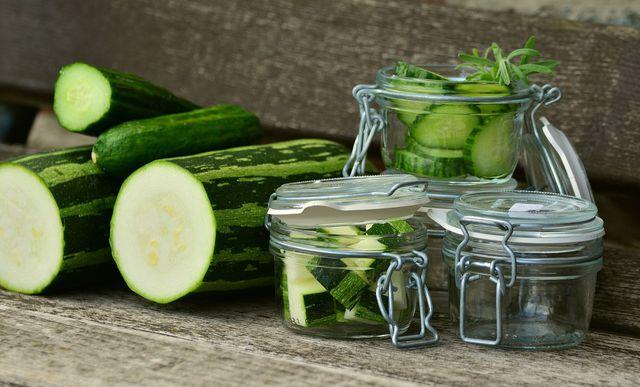 Zucchini können gekocht und roh eingelegt werden.