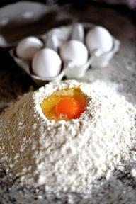 Eier einfrieren: Sinnvoll ist das zum Beispiel, wenn beim Backen Eigelb oder -klar überbleibt.