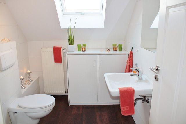 Essigsäure ist beim Badputz ein effektives Mittel.