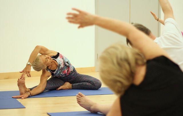 Iyengar-Yoga ist auch für ältere Menschen gut geeignet.