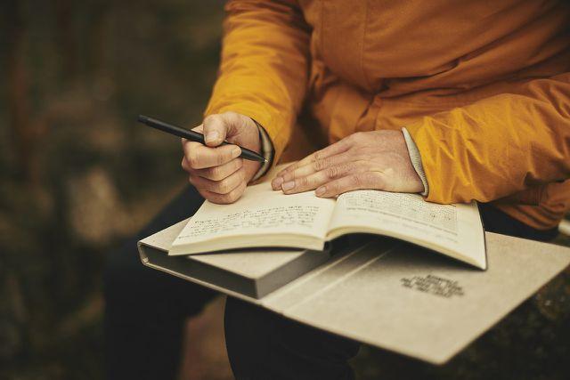 Ein Moment der Auszeit und Selbstreflexion hilft beim Erstellen einer Bucket List.