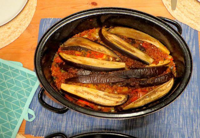 Mualle schmort lange im Ofen oder auf dem Herd. Dadurch werden die Auberginen schön weich.
