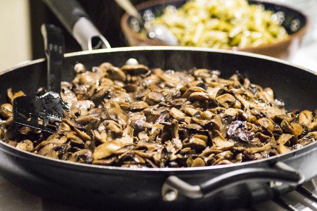 Schmackhafte Pilzpfanne mit gemischten Waldpilzen und Champignons.