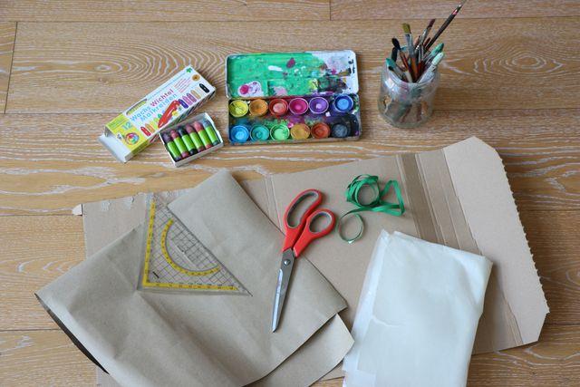 Farben, Schere und Altpapier – viel mehr brauchst du nicht, um eine Schultüte selber zu basteln