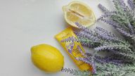 Citral verleiht Kosmetikprodukten einen Duft nach Zitrone.