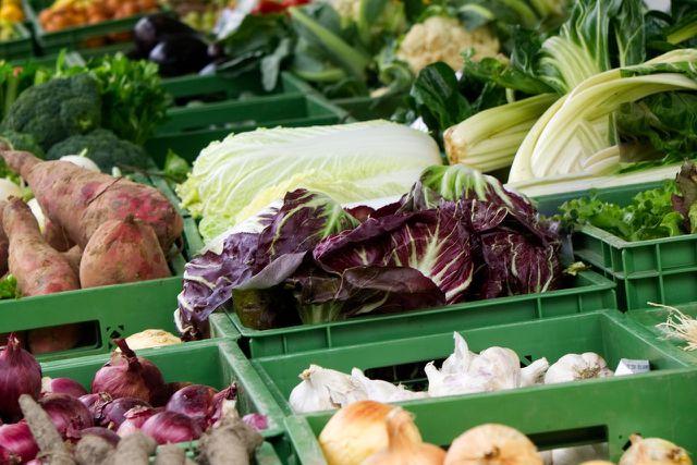 Um möglichst nachhaltig und gleichzeitig kostengünstig einzukaufen, lohnt sich oft der Gang zum Wochenmarkt.