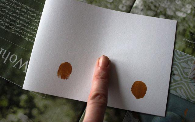 Osterkarten basteln: Schritt 3 – Mach dir die Finger schmutzig!