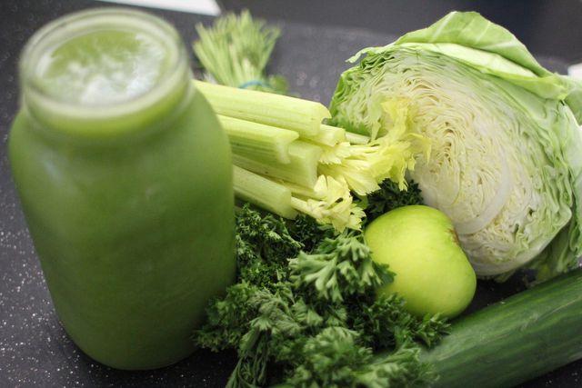 Grüne Smoothies aus frischen Zutaten