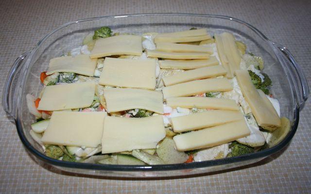 Belege den vegetarischen Kartoffelauflauf mit Käse.