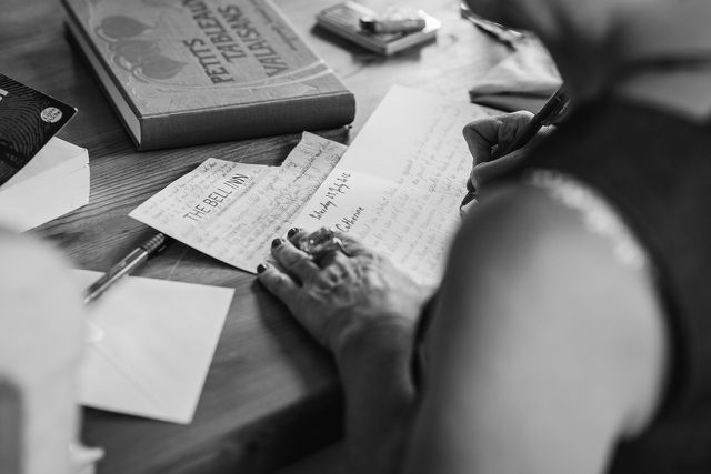 Es kann dir helfen, dem Tod einen Brief zu schreiben, indem du ihm deine Sorgen und Ängste mitteilst.
