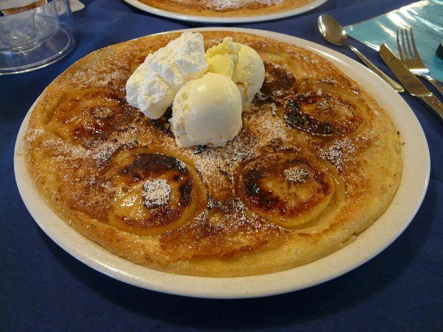 Leckere Apfelpfannkuchen schmecken mit etwas Vanilleeis und Schlagsahne noch besser.