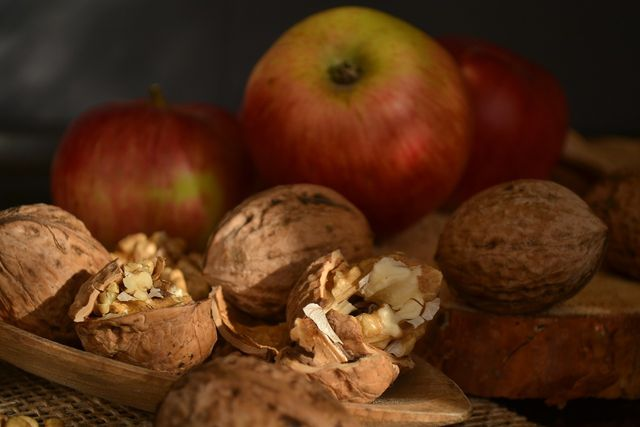 Äpfel und Walnüsse harmonieren gut mit dem frischen Sellerie.