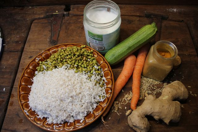 Für das Kitchari-Rezept brauchst du neben Reis, Mungbohnen, Gemüse und vor allem viele Gewürze.