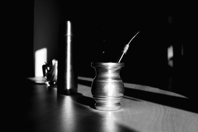 Ein Matetopf (Kalebasse) mit Trinkhalm (Bombilla)