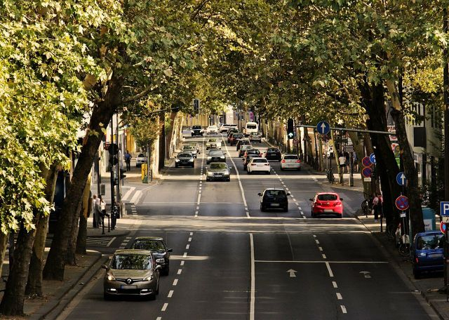 Als Folge der Suburbanisierung steigen immer mehr Menschen zum Pendeln auf ein eigenes Auto um.