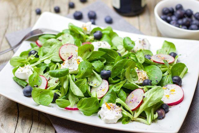 Felsalat lässt sich gesund und vielfältig in der Küche einsetzen.