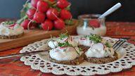 Ein paar Scheiben Eiweißbrot mit Quark und Gemüse sind eine ausgewogene Mahlzeit.