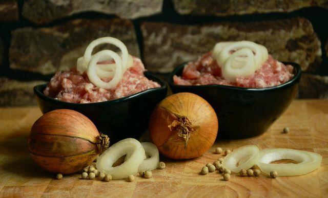 Veganes Mett sieht dem Original verblüffend ähnlich und lässt sich schnell selber machen.