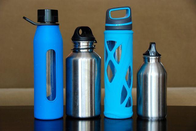 Mit einer wiederverwendbaren Flasche kannst du Müll vermeiden, wenn du im Freien schläfst.
