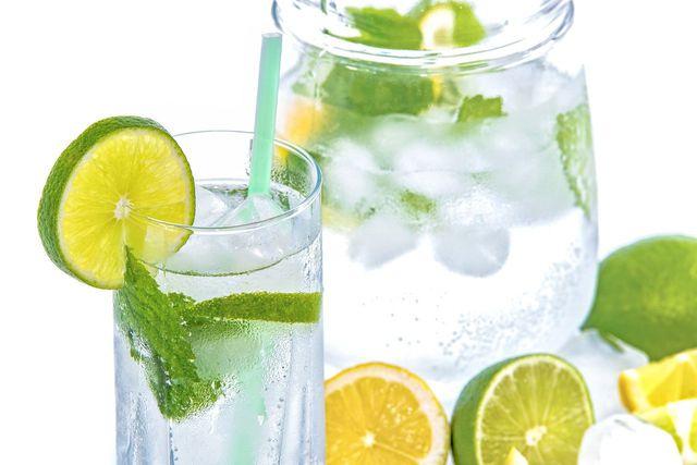Besonders erfrischend: Wasser verfeinert mit Limette und Zitrone.