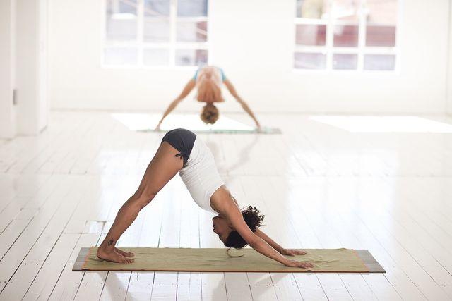 Der herabschauende Hund kommt in nahezu jeder Hatha-Yoga-Stunde vor.