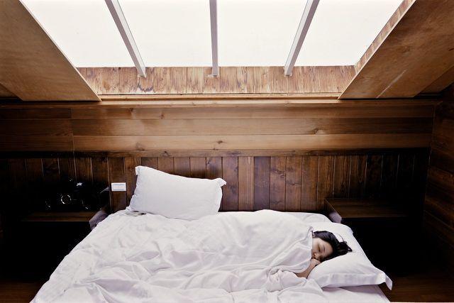Viel Schlaf hilft gegen trockene Augen.