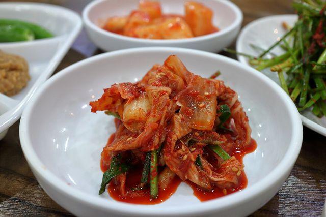 Die koreanische Spezialität Kimchi schmeckt köstlich und unterstützt die Darmgesundheit.