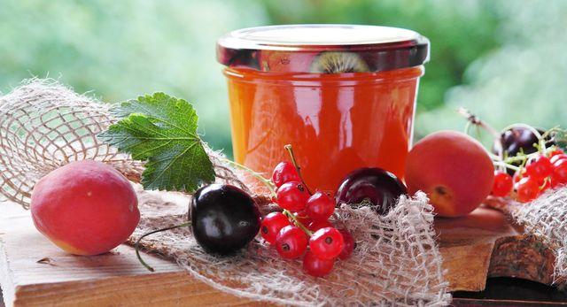 Zum Einkochen kannst du nicht nur Marmeladengläser benutzen, sondern alle möglichen Gläser mit Schraubverschluss.