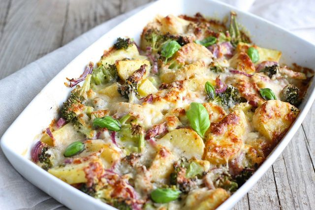 Kartoffelauflauf ist eine sättigende vegetarische Hauptspeise.